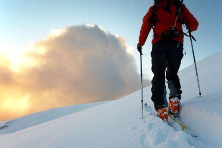 arri�re-pays: Backcountry skieur promenades dans la neige au coucher du soleil, Alpes italiennes, europe. Banque d'images