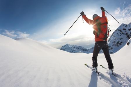 narciarz: Freerider narciarz przesuniÄ™cie w dół w Å›niegu w proszku; wÅ'oski Alp. Zdjęcie Seryjne