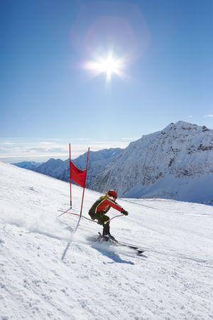 slalom: Młoda narciarz ten zjazd na Slalom gigant oczywiście; pionowej orientacji, duża kopia miejsca. Zdjęcie Seryjne