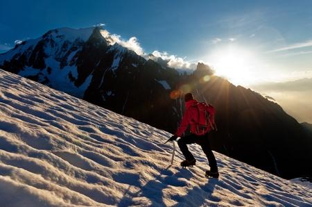 A male mountaineer walking uphill on a glacier. Mont Blanc, France. Standard-Bild
