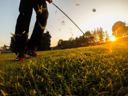 columpios: Ejemplo Golf del juego corto usando un hierro club cu�a