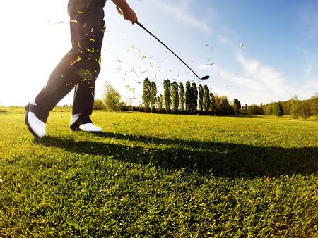 Golfer voert een golf shot vanaf de fairway. Zonnige zomerdag.