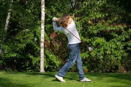 teen golf: Joven jugador de golf con conductor junta con te-off desde el tee-box