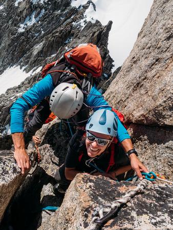 若い女性のクライマーはモンブラン、シャモニー、フランス、ヨーロッパ山ピークの頂上に着いたとき、彼女の幸せを示しています