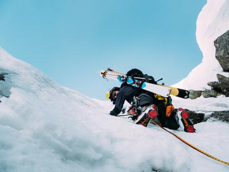 escalada: Escalada de hielo: monta�ero en una ruta mixta de nieve y roca durante el invierno. Alpes Occidentales, Italia, Europa.