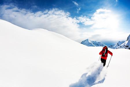 montañas nevadas: Esquí: Esquiador de sexo masculino en la nieve en polvo. Alpes italianos, Europa.