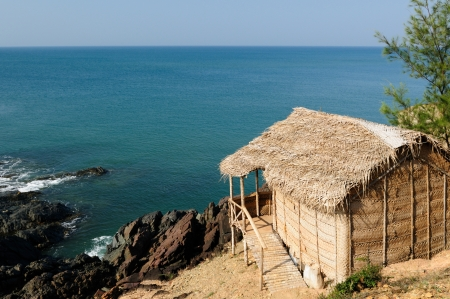 karnataka: La playa m�s bonita en la India cerca de Gokarn ciudad. Karnataka. Choza de bamb�. Foto de archivo