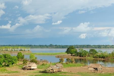 rio amazonas: Per�, Per� Amazonas La foto del paisaje presente resoluci�n t�pica de las tribus ind�gena en el Amazonas Foto de archivo