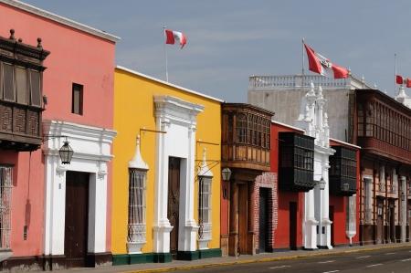 colonial building: La ciudad de Trujillo sobre el edificio beautifllly colonial en las costas peruanas Paisaje urbano - ciudad vieja - detalle la arquitectura colonial Foto de archivo