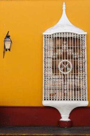 colonial building: La ciudad de Trujillo sobre el edificio beautifllly colonial en las costas peruanas Paisaje urbano - ciudad vieja - detalle la arquitectura colonial Editorial
