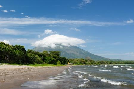 america centrale: America Centrale, Nicaragua, paesaggi su un'isola L'immagine Ometepe presentare la sabbia spiaggia di Santo Domingo, con la vista sul vulcano Concepcion Archivio Fotografico