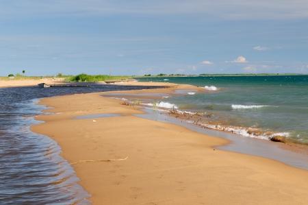 the deepest: Tanzania, el lago Tanganyika es el m�s largo del mundo y el segundo m�s profundo lago de agua dulce, tambi�n es uno de los lagos m�s antiguos del planeta. La imagen presenta hermosa playa de arena y barcos tradicionales Foto de archivo