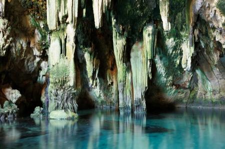 古代セノーテ、ユカタン州、メキシコで洞窟の地底湖