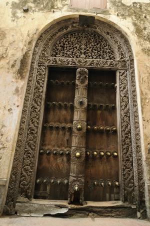 zanzibar: Traditionele gesneden houten deur in Stone Town, Zanzibar