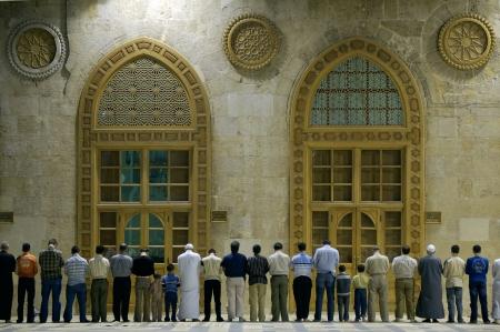 Groep moslims bidden in de moskee in Damascus