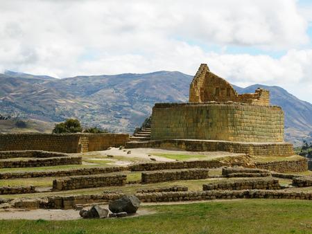 エクアドル エクアドルのサイトは 5 世紀末にかけて建てられた最も重要なインカ古代インガピルカ遺跡 写真素材