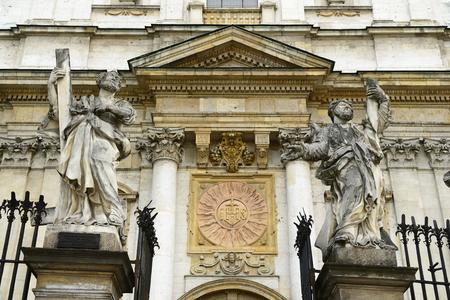 enclosing: Figure religiose che racchiude la chiesa di santi apostoli Peter39s e Paolo Polonia