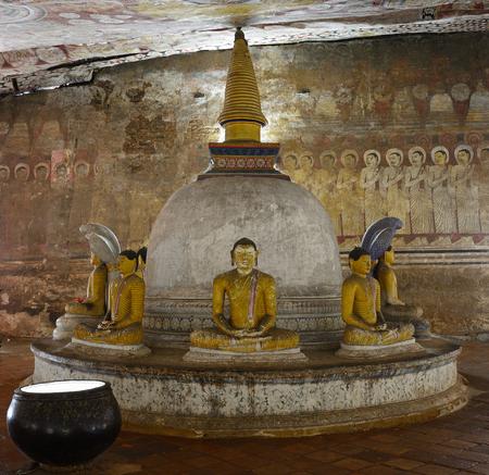 sri lanka temple: Insides of caves in ancient Buddhist complex in Dambulla cave temple. Sri Lanka.