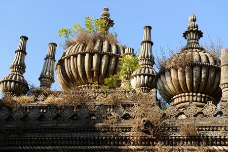 tumbas: Tumbas musulmanas antiguas en Junagadh en el estado de Gujarat en la India Editorial