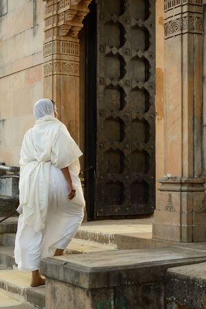 rajhastan: Jain nun on the pilgrimage to the holy Palitana top in the Gujarat state in India Stock Photo