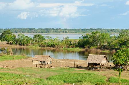 Typische Indiase stammen nederzetting in de Peruaanse Amazonas