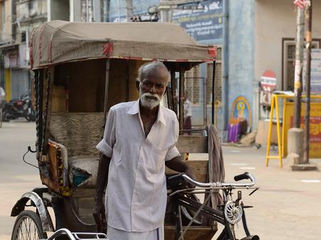 rikscha: INDIA, MADURAJ - MARCH 05: Rikscha-Fahrer mit einem der Rikscha in der Straße der indischen Stadt, Maduraj in 05 März 2015