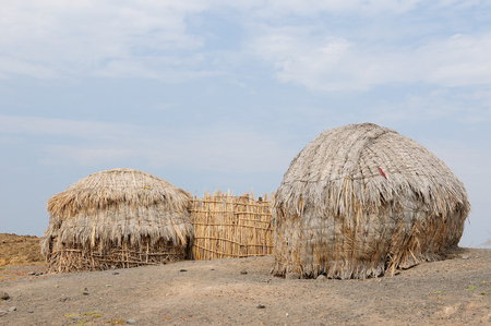 mwanza: Traditional round house of people from the Turkana tribe on the shore of the lake Turkana in Kenya Stock Photo