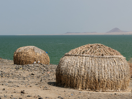 mwanza: Traditional round house of people from the El Molo tribe on the shore of the lake Turkana in Kenya Stock Photo