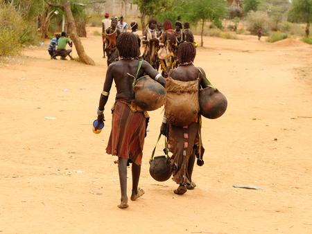 tribu: pueblo etíope locales con las respuestas del mercado desde el pueblo de Turmi en el valle de Omo en Etiopía Editorial