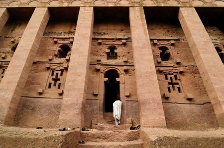 エチオピアの巡礼者はラリベラ、エチオピアで硬い岩の寺院の複合体の祈り