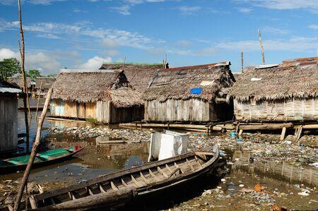 Amérique du Sud, des maisons en bois flottant dans la grande ville Amazonia Iquitos, quartier pauvre Belem