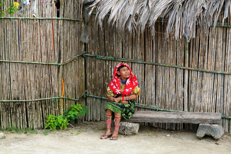 tigre: KUNA YALA, PANAMA - NOVEMBER 10: Traditional Kuna indians on women and Tigre island on the San Blas archipelago in Panama in Central America in November 10, 2012Central America, Panama, Traditional Kuna indians on women and Tigre island on the San Blas ar Editorial