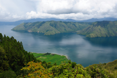 トバ (トバ湖) で Samosir の島からインドネシア、北スマトラ州、ビュー