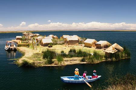 ペルー、浮動小数点 (3808 m) 世界最大の変動湖、チチカカ湖のウロス島。Theyre は、湖の浅瀬で豊富成長浮力トトラ葦を使用して構築されました。 写真素材