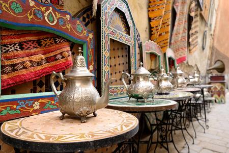 Elementi decorativi sul souk (mercato) nel centro storico, Medina in Marocco. Brocca per preparare il tè. Archivio Fotografico - 74549856