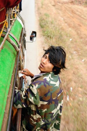 HPA のミャンマー - 2011 年 1 月 10 日: 車両の屋根に得ようとしているビルマのローカルバスで運賃を取って人の肖像画 報道画像