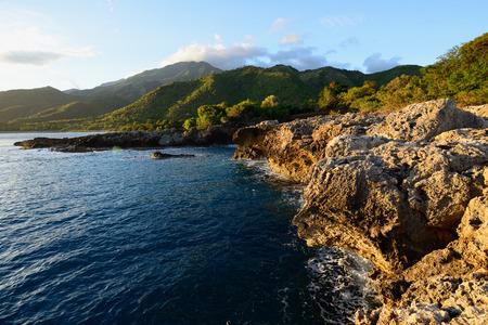 Kubanische Küste der Berge Sierra Maestra und über der Küste des karibischen Meeres Standard-Bild