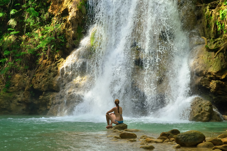 Toerist die in Salto el Limon zwemt. Waterval, Samana, Dominicaanse Republiek.