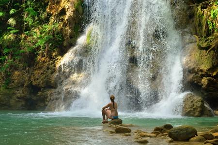 Turista nadando en Salto el Limon. Cascada, Samaná, República Dominicana.