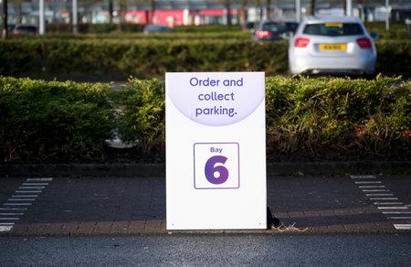 Click collect online internet shopping sign at shop car park lane Reklamní fotografie