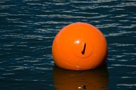 Drijvende oranje boei Stockfoto