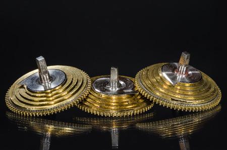 Réparation de montres: cônes de fusées de montre de poche Vintage reposant sur une surface noire Banque d'images - 83389082