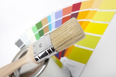 and painting: cubos de pintura con pincel y color-curriculares Foto de archivo