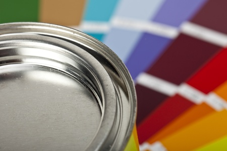 Farbeimer mit farbfcher Standard-Bild - 11211764