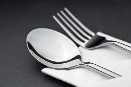 cubiertos de plata: cubiertos con la servilleta en una placa de pizarra Foto de archivo