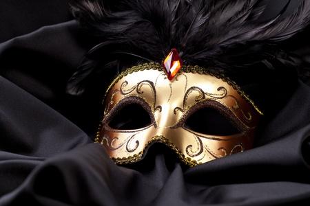 tela seda: máscara de oro sobre seda negro