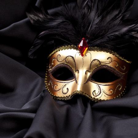 mascara de carnaval: máscara de oro sobre seda negro