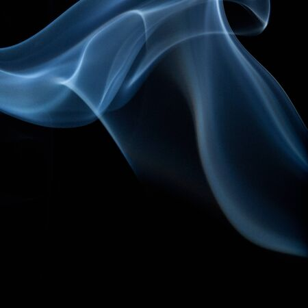 hinduismo: humo multicolor formando olas sobre fondo Negro