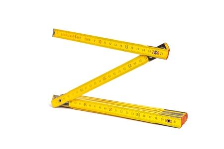 Ein gelbes Lineal auf einem weißen Hintergrund