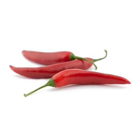 chiles picantes: Pimientos rojos picantes en el fondo blanco